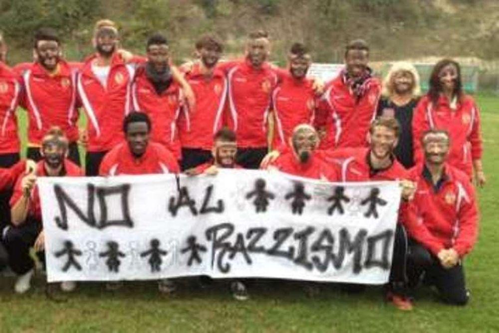 Ιταλία: Παίκτες ομάδας αγωνίστηκαν με... μαύρα πρόσωπα (photo)