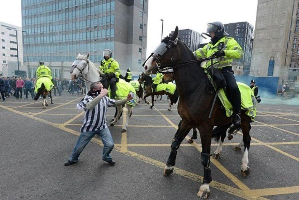 Νιούκαστλ: Φυλακή στον οπαδό που έριξε μπουνιά σε άλογο της αστυνομίας! (photos+video)