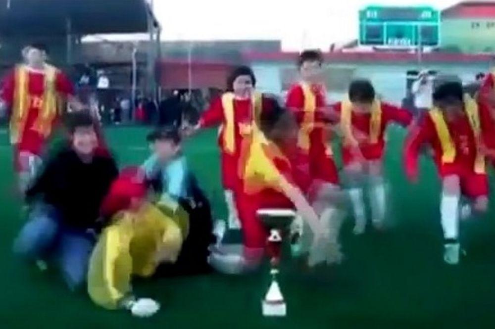 Χιλή: Μικροί ποδοσφαιριστές κατέστρεψαν το τρόπαιο! (photos+video)