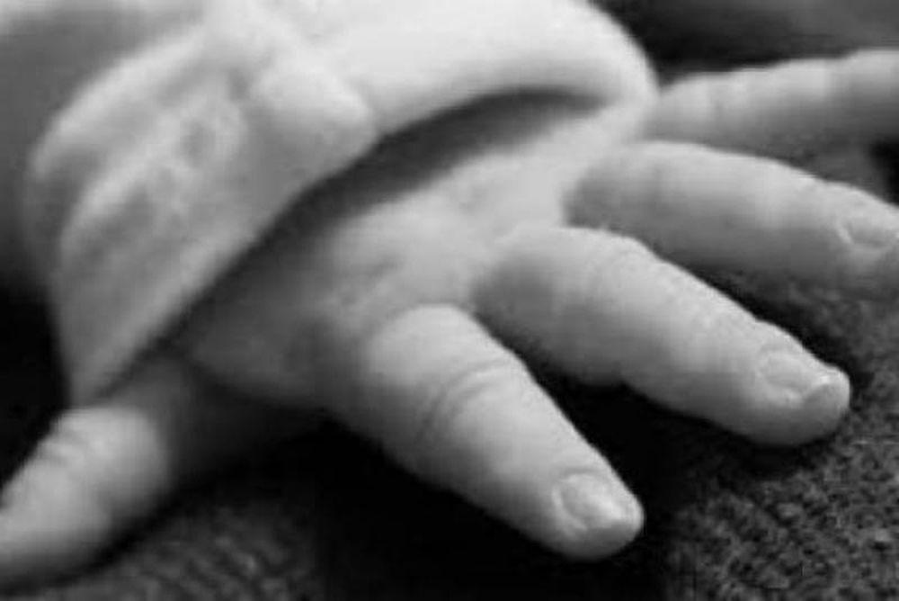 ΣΟΚ: Φωτογράφιζε το παιδί της αφού το σκότωσε στο ξύλο