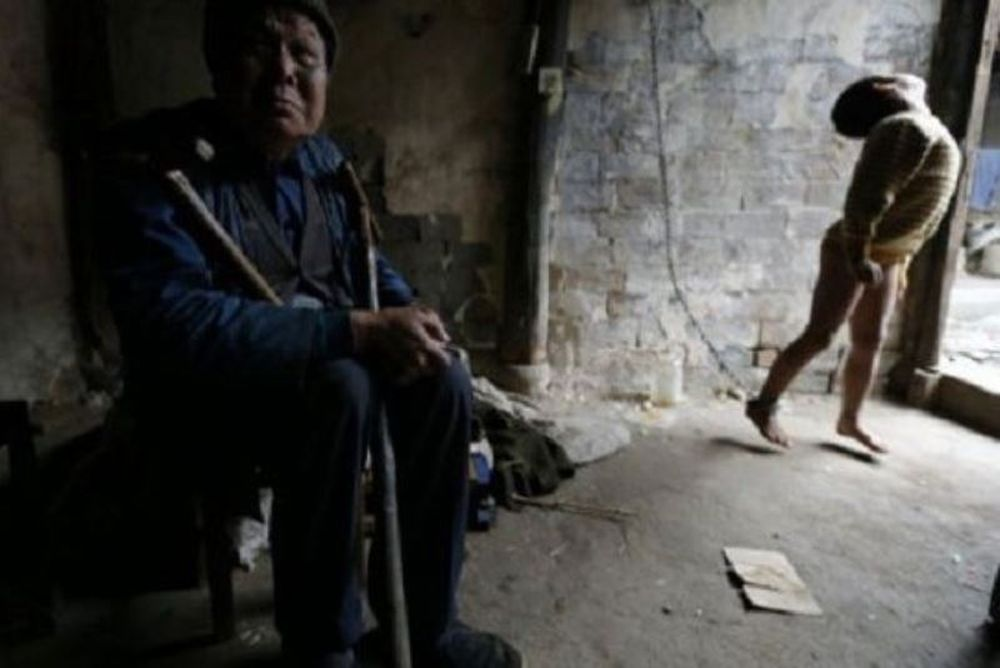 Σοκαριστικές φωτογραφίες: Πατέρας έχει αλυσοδεμένο το 11χρονο παιδί του