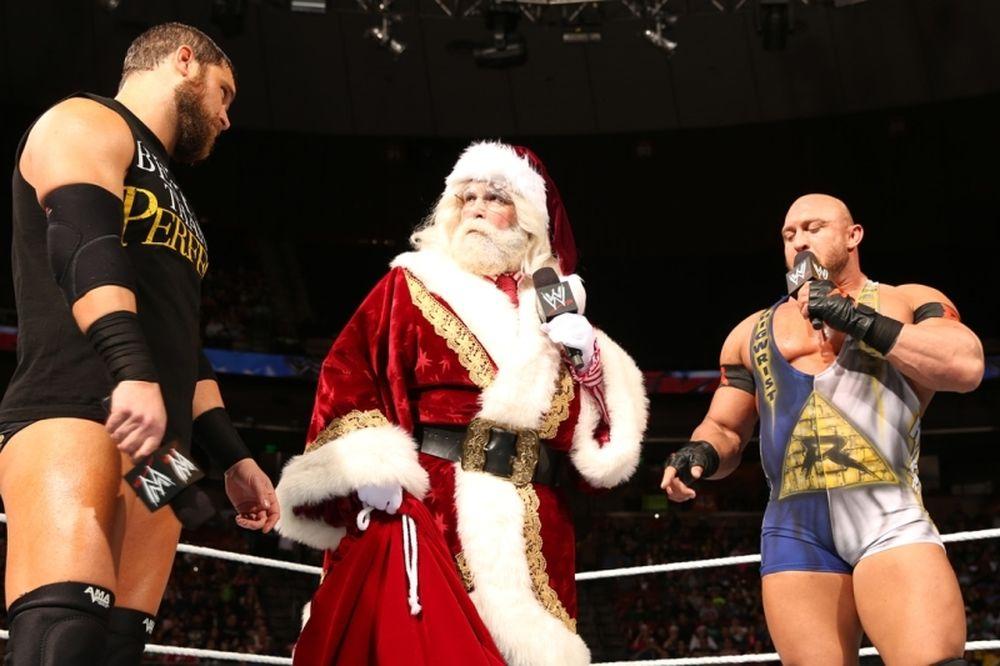 Main Event: Ανέλαβε ο Foley ως Άγιος Βασίλης (photos+videos)