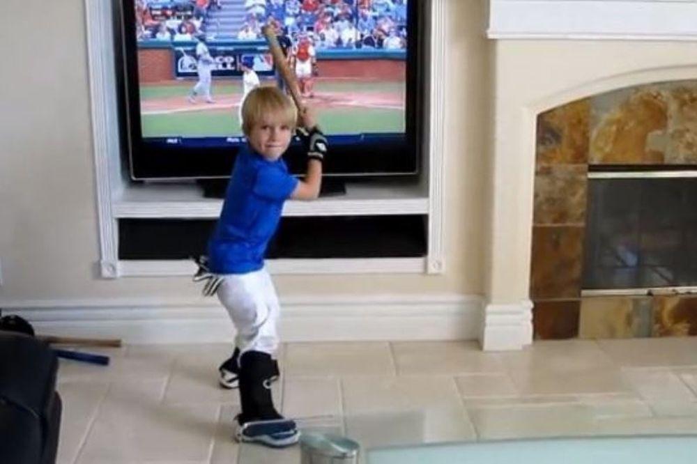 Το νέο ταλέντο του μπέιζμπολ είναι 4 χρονών και το ανακάλυψε ο Ανταμ Σάντλερ! (video)