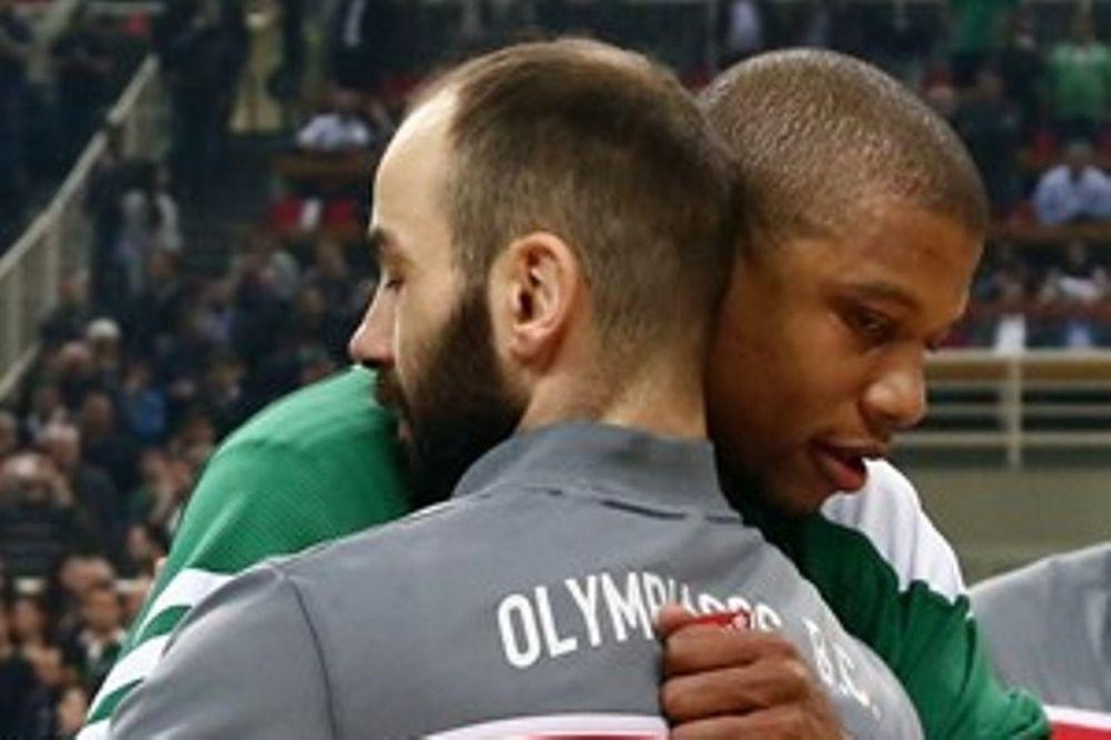 Παναθηναϊκός – Ολυμπιακός: Η αγκαλιά Μπατίστ – Σπανούλη (photo)