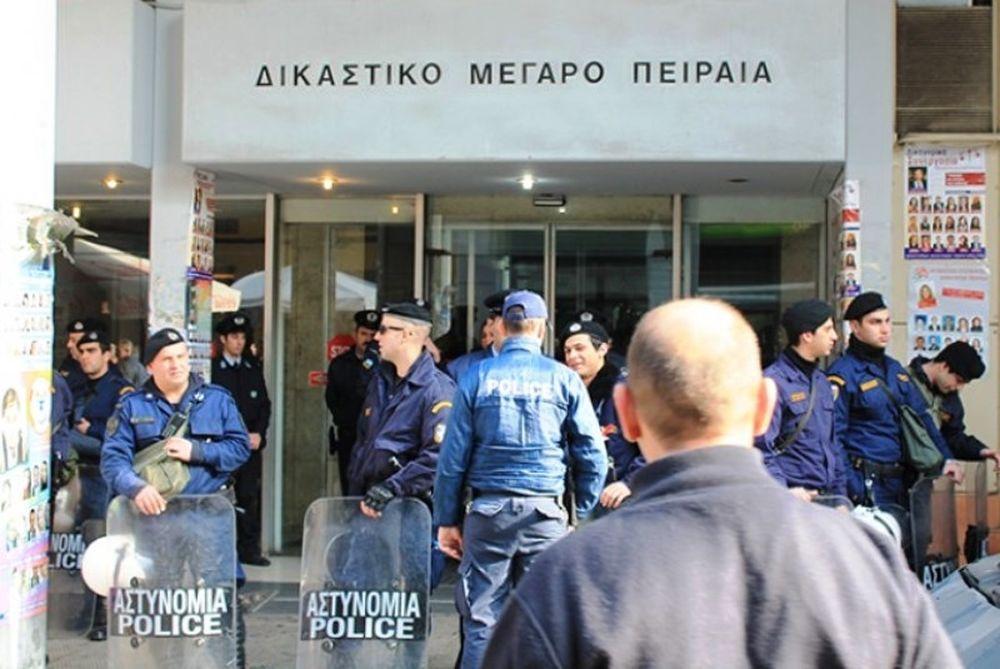 Ατρόμητος: Οπαδοί στο Δικαστικό Μέγαρο Πειραιά για τον Σπανό (video)