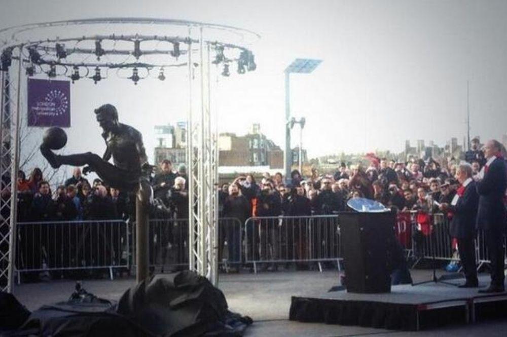 Άρσεναλ: Χαμός στο «Έμιρεϊτς» για το άγαλμα του Μπέργκαμπ! (photos+videos)