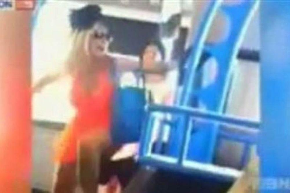 Βίντεο: Ρατσιστική επίθεση από δυο κοπέλες κατά ηλικιωμένου