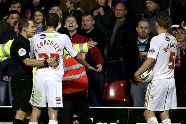Αγγλία: Παίκτης χαστούκισε οπαδό (photos+video)