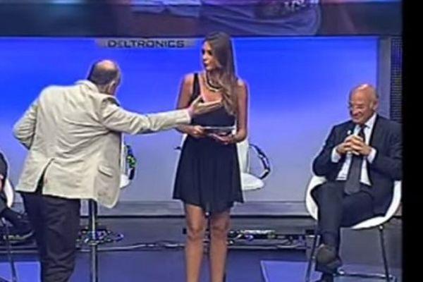 Νάπολι: Έδιωξαν τη σέξι γυναίκα του Ματσάρι γιατί... (video)