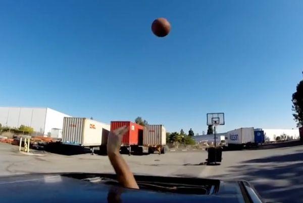 Μπάσκετ: Ντριμπλάρει και σκοράρει... οδηγώντας αυτοκίνητο! (video)