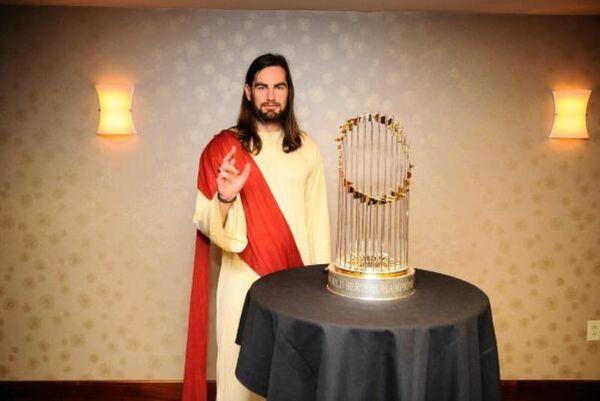 Χόκεϊ: Οπαδός ντύθηκε Ιησούς και γιουχαΐστηκε! (video)