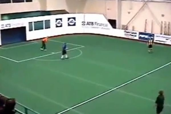 Τερματοφύλακας πέταξε την μπάλα σε κεφάλι και... μπήκε γκολ! (video)