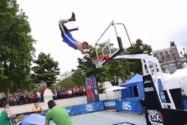 Εξωπραγματικό κάρφωμα με τραμπολίνο! (video)