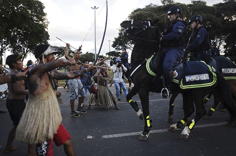 Παγκόσμιο Κύπελλο: Ιθαγενείς Βραζιλιάνοι «έδειραν» αστυνομικούς (photos)