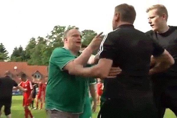 Γερμανία: Προπονητής έκανε ότι τον έπνιξε ο αντίπαλος! (video)