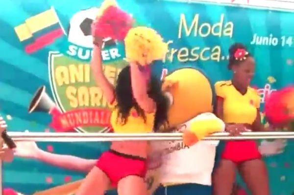 Μουντιάλ 2014: Η μασκότ «κόλλησε» σε χορεύτρια (video)