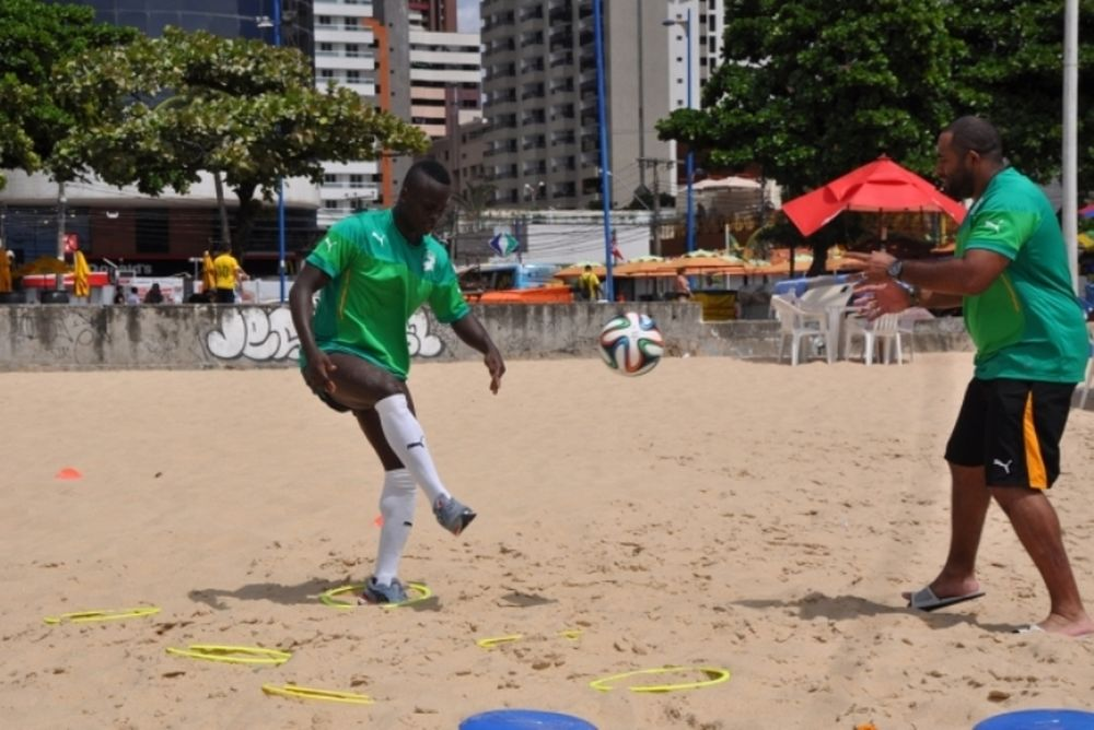 Ελλάδα - Ακτή Ελεφαντοστού: Οι άλλοι στο γήπεδο κι αυτός στην παραλία (photos)