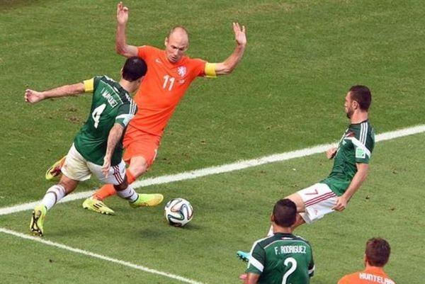 Παγκόσμιο Κύπελλο Ποδοσφαίρου 2014 - Μεξικό: Ακόμη τα «έχουν» με τον Ρόμπεν (photo)