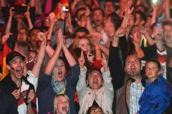Παγκόσμιο Κύπελλο Ποδοσφαίρου – Τελικός :Πανηγυρισμοί στη γερμανική πρεσβεία στη Βραζιλία(video)