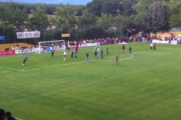 Βασιλεία:  Εισβολή οπαδών για... να παίξουν ποδόσφαιρο (video)
