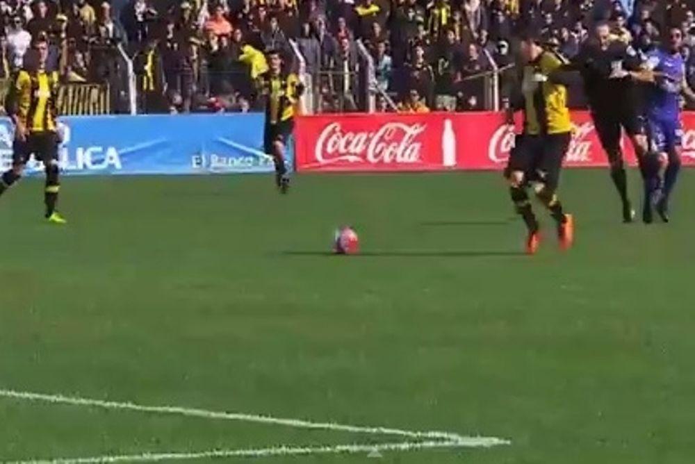Ουρουγουάη: Παίκτης έριξε διαιτητή (video)
