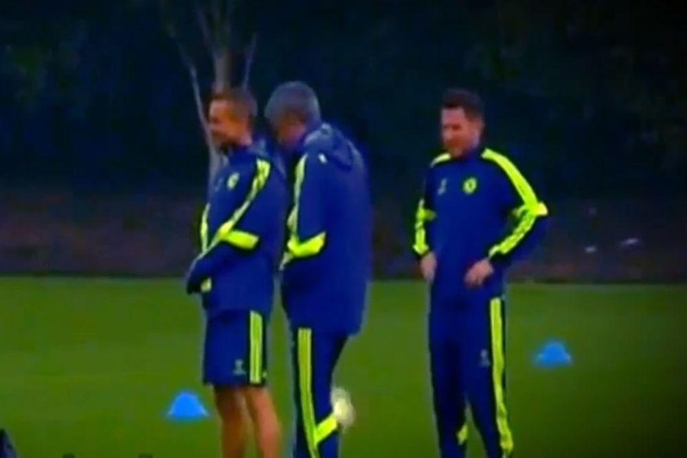 Τσέλσι: Ο Μουρίνιο έριξε την μπάλα στο μόριο του βοηθού του (video)