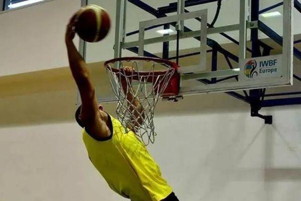 Μπασκετμπολίστας σε αμαξίδιο... καρφώνει! (photo)