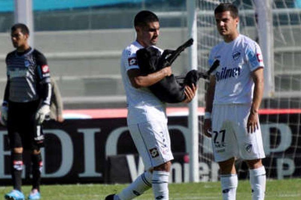 Αργεντινή: Παίκτης πήρε αγκαλιά σκύλο - εισβολέα (video)