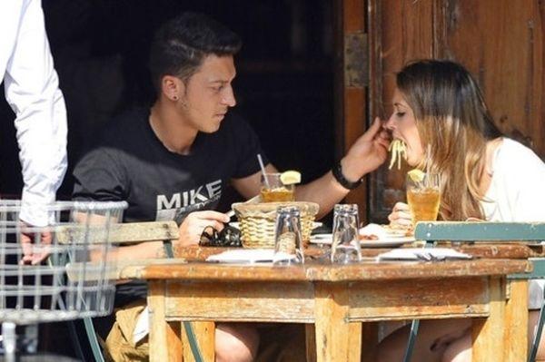 Άρσεναλ: «Χώρισε ο Οζίλ με τη Μάντι Καπρίστο» (photos)