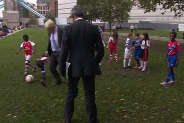 Τρικλοποδιά σε παιδάκι έβαλε ο δήμαρχος του Λονδίνου (video)