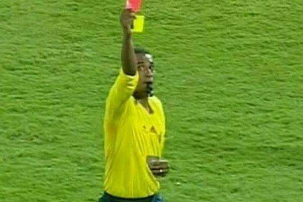 Αίγυπτος: Μόνο... άσπρη κάρτα δεν του έδειξε ο διαιτητής! (video)