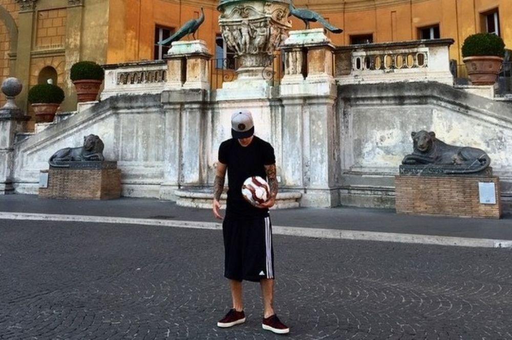 Το Βατικανό τα... έψαλε στον Μπίμπερ λόγω του ποδοσφαίρου (photos)