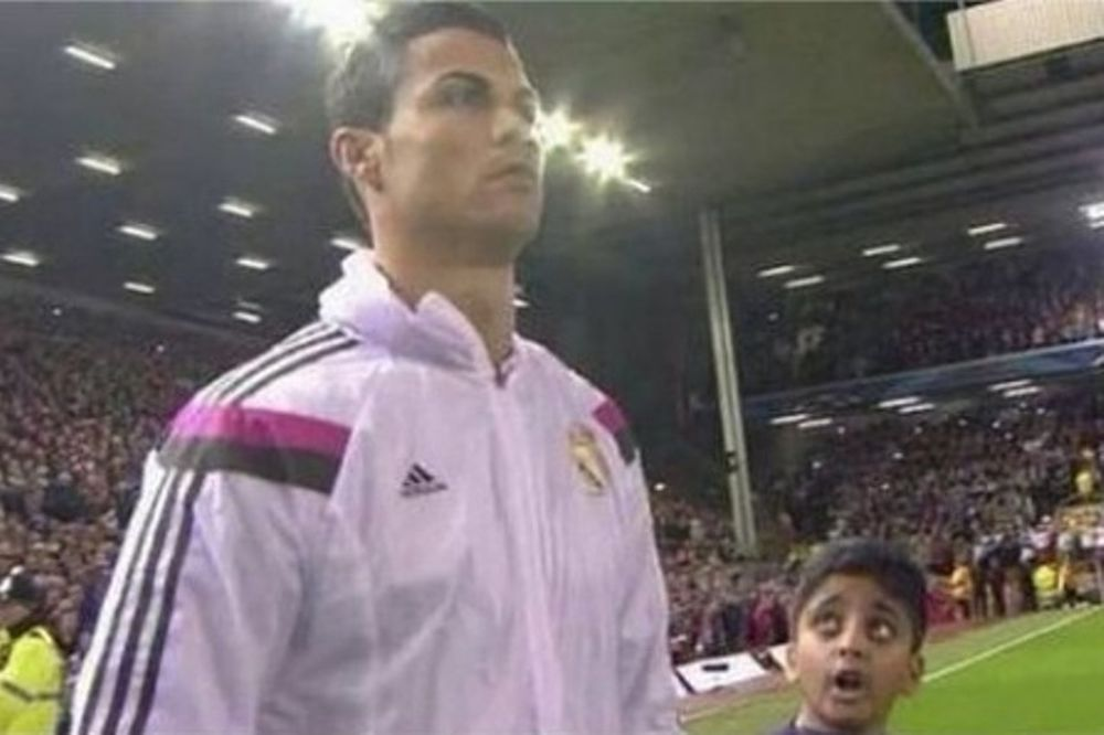 Κριστιάνο Ρονάλντο: Παιδί τον κοιτάει με ανοικτό το στόμα! (photo)