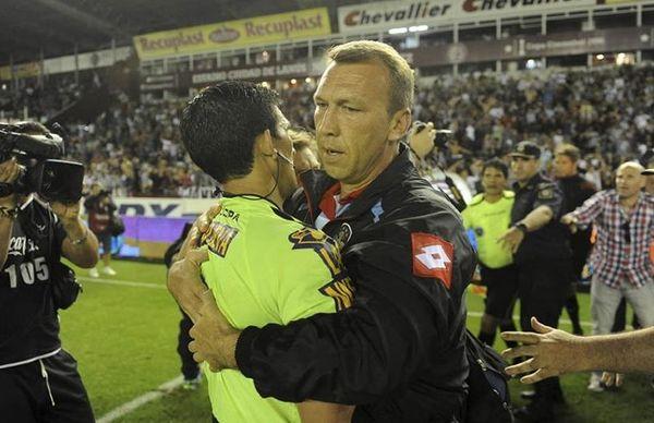Καμπάνα επ' αόριστον στο ρέφερι του ματς-σκάνδαλο στην Αργεντινή (video+photos)