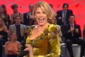 Χωρίς εσώρουχο Ιταλίδα παρουσιάστρια! (video)