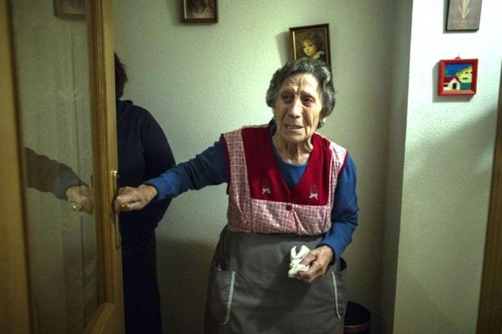 Ράγιο Βαγιεκάνο: Στηρίζει την 85χρονη που χάνει το σπίτι της