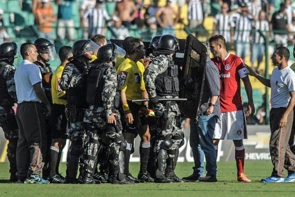 Πήραν στο κυνήγι τον διαιτητή οι παίκτες της  Φιγκεϊρένσε (videos)