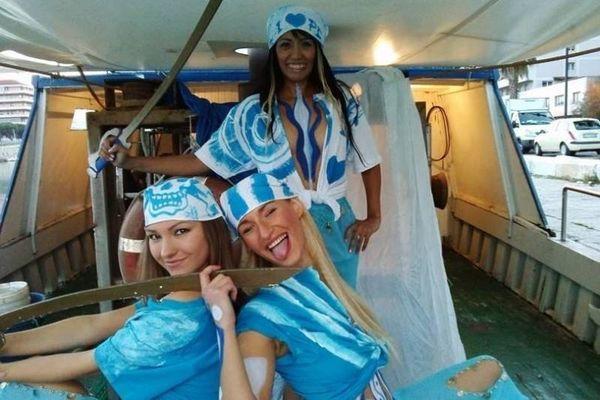 Ιταλία: Γαλάζιες... καλλονές «ποζάρουν» για την Πεσκάρα (photos)