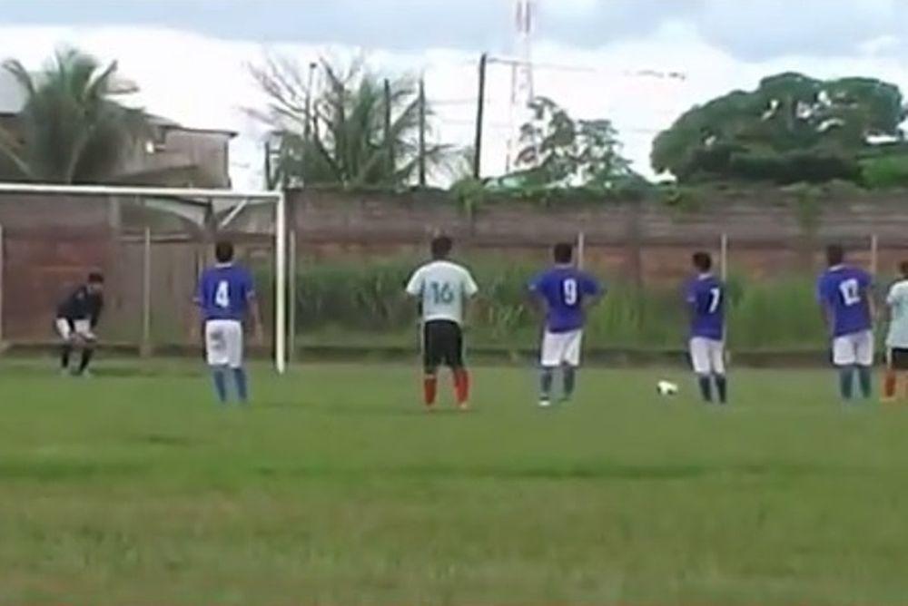 Περού: Παίκτης επιχείρησε να σκοράρει με... ανάποδο πέναλτι! (video)