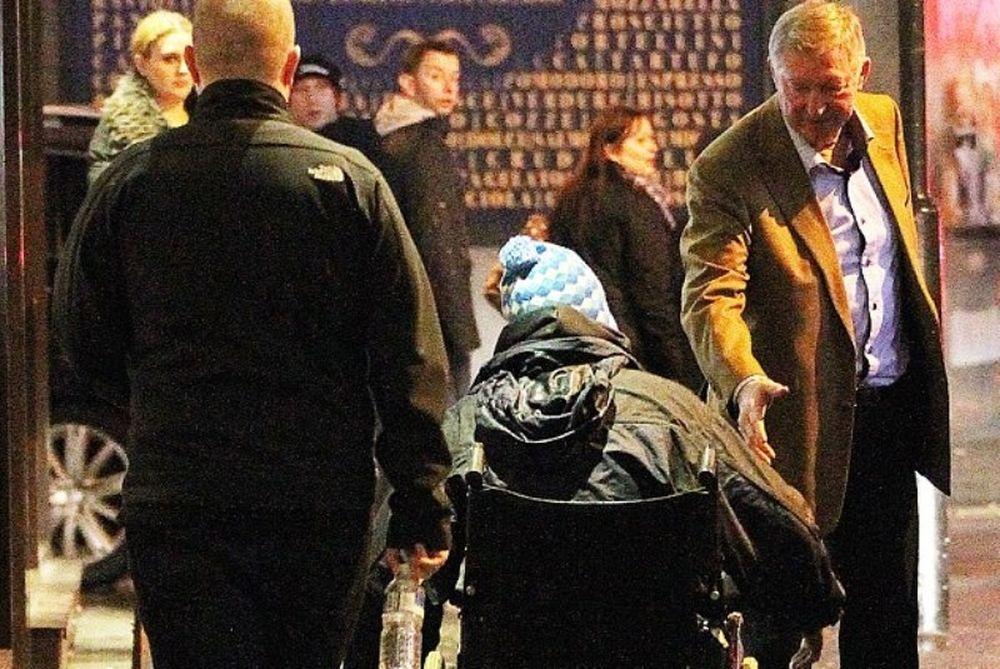 Χειραψία του σερ  Άλεξ με ζητιάνο, πιθανόν οπαδό της Μάντσεστερ Σίτι (photos)