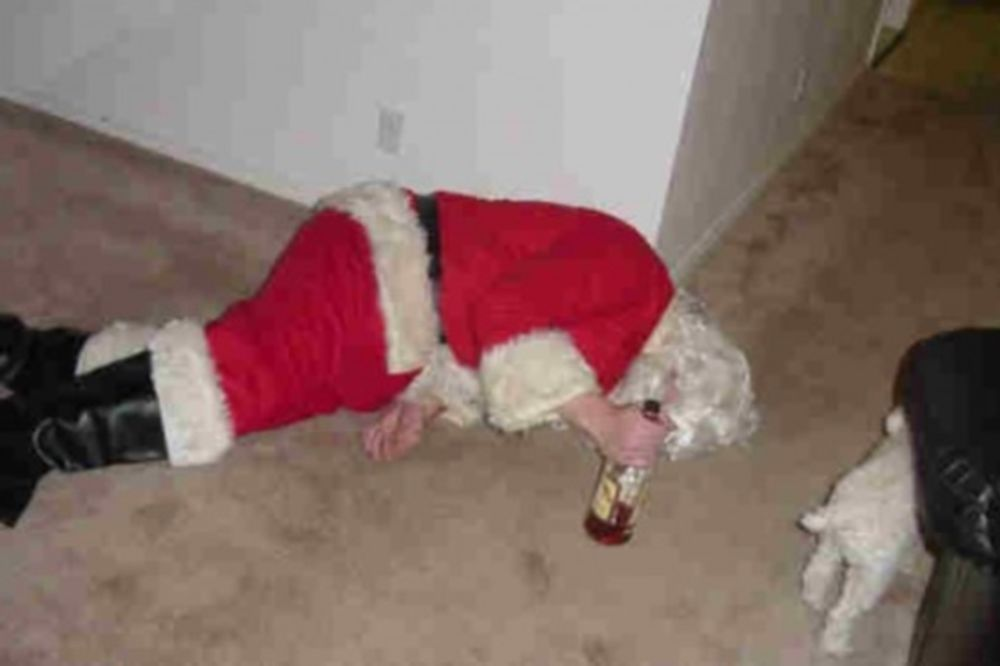 Δεν άντεξε τα... μεθυσμένα κορίτσια ο Άγιος Βασίλης (photos)