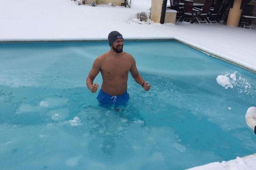 Βούτηξε σε χιονισμένη πισίνα ο Λάζαρος Παπαδόπουλος! (video+photos)