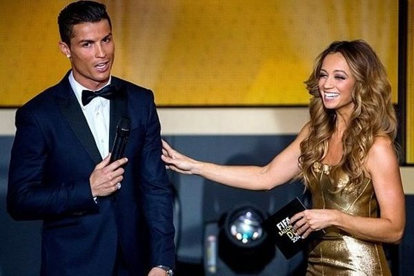 Χρυσή Μπάλα 2014: «Έλαμψε» και η παρουσιάστρια με το χρυσό φόρεμα (photos)