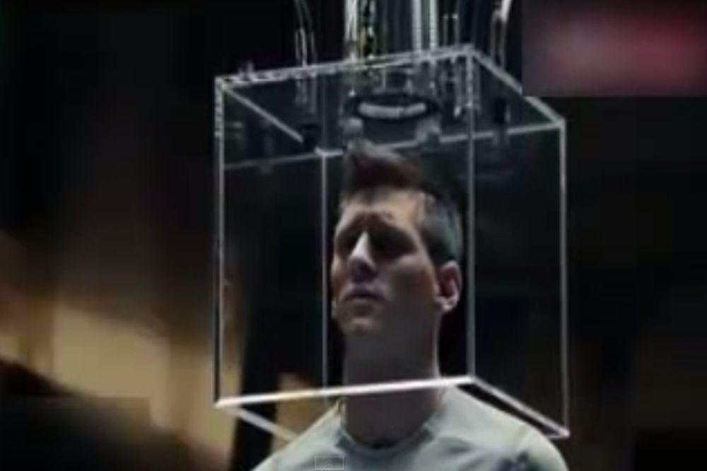 Έβαλε το κεφάλι του σε γυάλινο … κουτί ο Μέσι (video)
