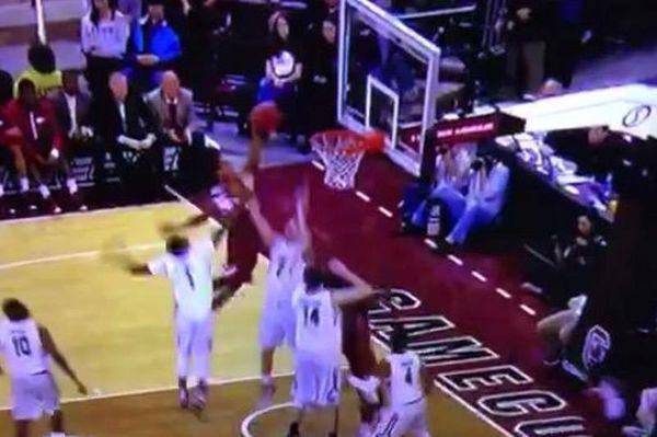 NCAA: Απίστευτο φόλοου κάρφωμα πάνω σε τρεις παίκτες! (video)