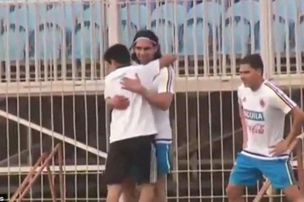 Τρεχάλα  μικρού εισβολέα για να αγκαλιάσει τον Φαλκάο (video)