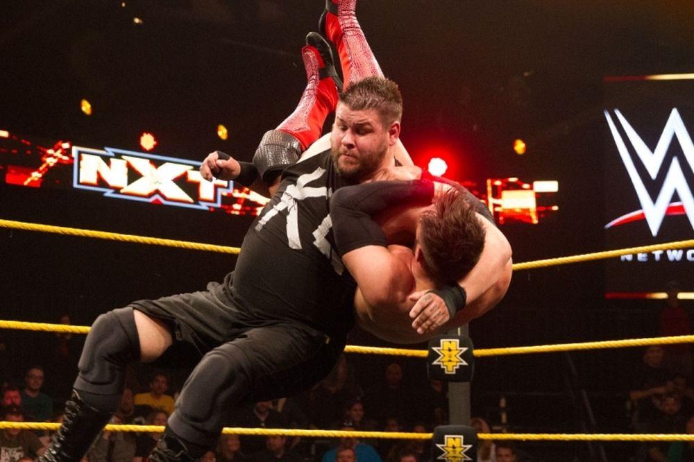 NXT: Υπεράσπιση για Owens και Banks (photos+videos)