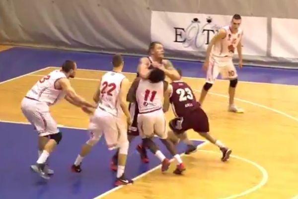 Λετονία: Τρομακτικό σκριν που «οδήγησε» σε αγκωνιά και αντιαθλητικό φάουλ (video)