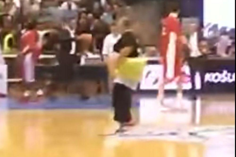 Το… τερμάτισε οπαδός της Παρτιζάν, χόρεψε γυμνός στη σέντρα! (videos)