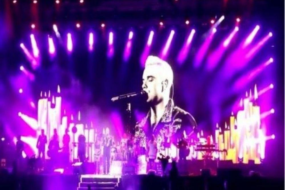 Αυτή ανέβασε στη σκηνή ο Robbie Williams! (photos)
